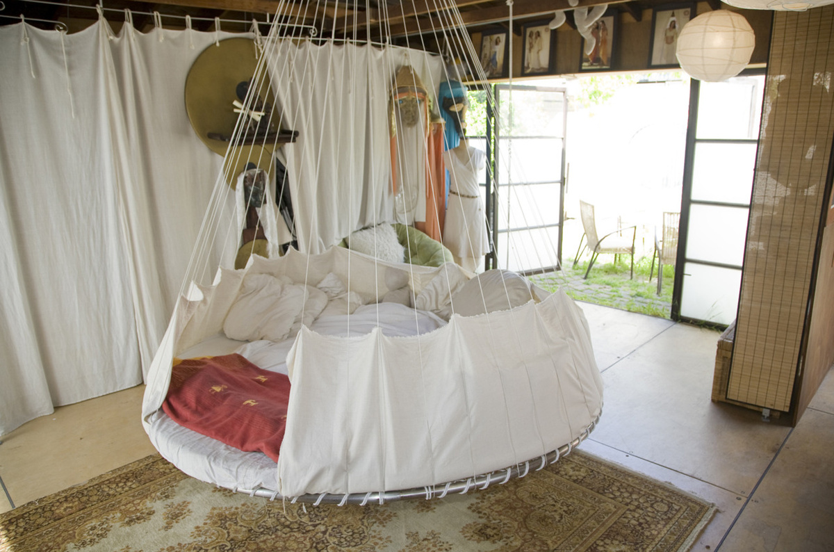Beautiful bedrooms nouveauricheclothing 39 s blog for Round hanging porch bed